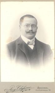Porträt eines Mannes mit Schnauzer und Nickelbrille. Max Angermann