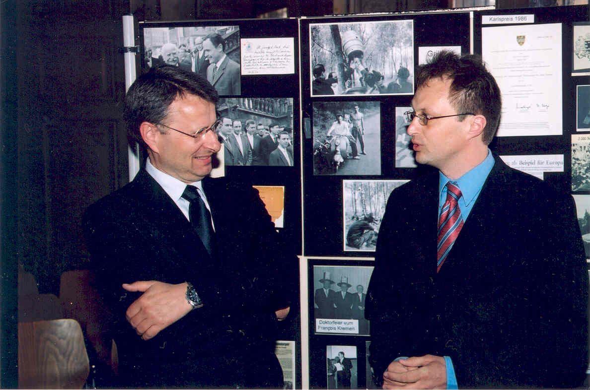 Die Fotoausstellung von 1997, während eines Vortrages 2006