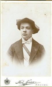 Porträt Alphonse Laurent. Mann mit Mütze und Schärpe.