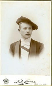 Portait, Mütze, Schärpe, Anzug. Student blickt nach links