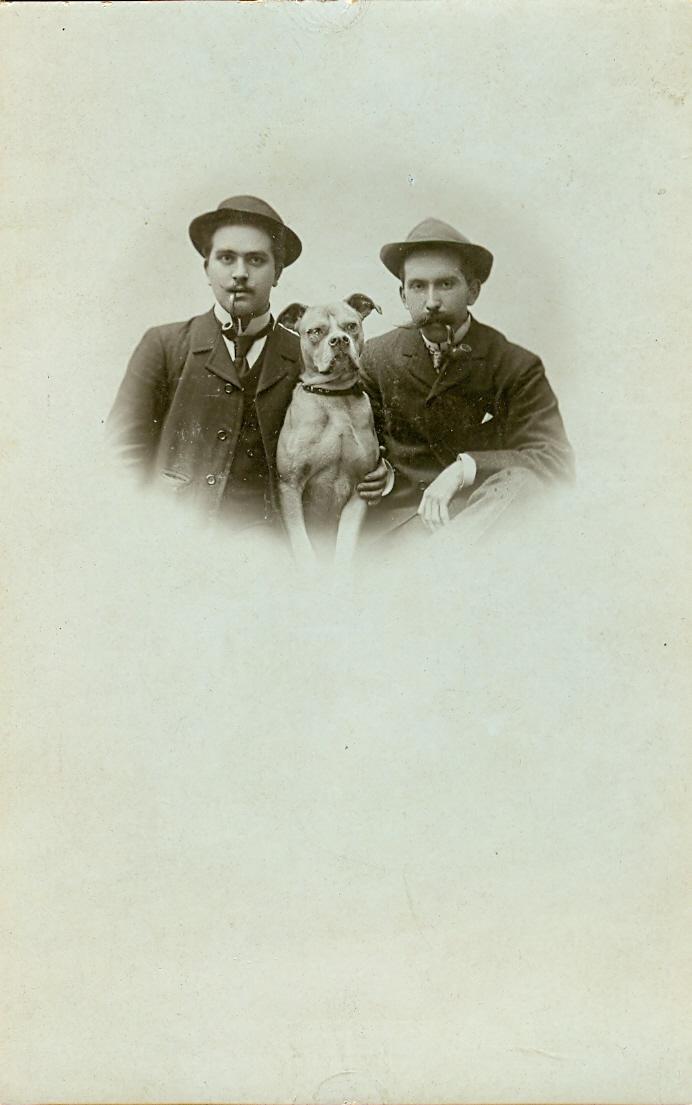 avl0093. Zwei Männer mit einem Hund.