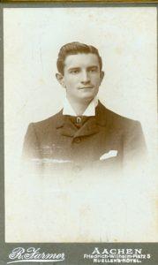 Junger Mann mit Bartflaum auf der Oberlippe