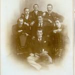 7 Personen sitzen 1902 in drei Reihen 1:3:3 Modell. Es sind Camille Keiffer (alias Comper) Eich; Gust. Prüssen (Stopp), Luxemburg; Léon Dondelinger (Fips), Reisdorf; Nicolas Wagner (Schotz), Siechenhof; Nic. Raus (Zech), Aspelt; Franz Geib (Kluck), Echternach; Alphonse Wagener (Rull), Diekirch.