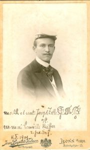 Foto eines Mannes mit Studentenmütze. Handschrift: math. et nat. Joseph Zelle B! M! B! s/l rer. mont. Camille Keiffer z. frd. Erg. H.F. 1901